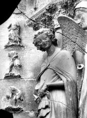 Cathédrale Notre-Dame - Portail ouest, buste de l'Ange de l'Annonciation