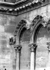 Cathédrale Notre-Dame - Arcature à la base de la tour sud, détail