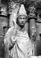 Cathédrale Notre-Dame - Portail ouest, buste de saint Sixte