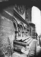 Cathédrale Notre-Dame - Bras nord du transept, arcature au-dessous de la rose