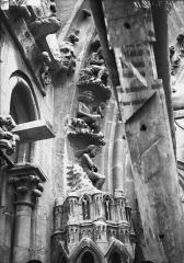 Cathédrale Notre-Dame - Portail nord, détail de la partie inférieure de la rose