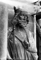 Cathédrale Notre-Dame - Buste de roi, contrefort, tour nord