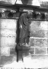 Cathédrale Notre-Dame - Cariatide et corniche, façade sud, première travée