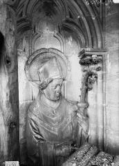 Cathédrale Notre-Dame - Buste d'évêque, contrefort, tour sud