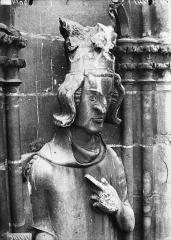 Cathédrale Notre-Dame - Buste de roi, galerie de la  tour nord