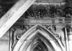 Cathédrale Notre-Dame - Ecoinçons d'un sommet d'arc, tour sud