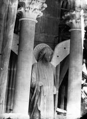 Cathédrale Notre-Dame - Ange, premier contrefort de l'abside, au sud