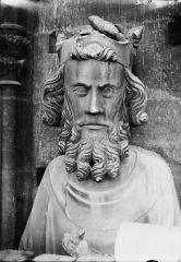 Cathédrale Notre-Dame - Buste de roi, galerie de la tour sud