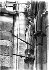 Cathédrale Notre-Dame - Statue au départ de voussure de la rose ouest
