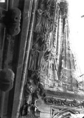 Cathédrale Notre-Dame - Rose ouest, partie supérieure de la voussure, bas-reliefs, côté droit