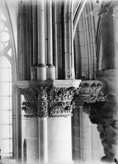 Cathédrale Notre-Dame - Chapiteau du cinquième pilier du choeur, à gauche