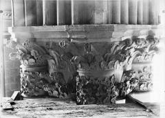 Cathédrale Notre-Dame - Chapiteau du premier pilier de la chapelle absidiale, à droite