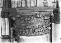 Cathédrale Notre-Dame - Chapiteau du cinquième pilier de la chapelle absidiale, à droite