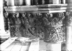 Cathédrale Notre-Dame - Chapiteau du troisième pilier de la chapelle absidiale, à gauche