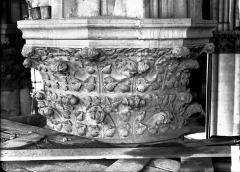 Cathédrale Notre-Dame - Chapiteau du quatrième pilier du choeur, à droite