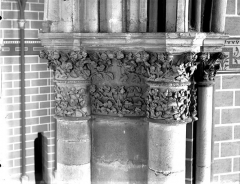 Cathédrale Notre-Dame - Chapiteau du deuxième pilier de la chapelle absidiale, à gauche