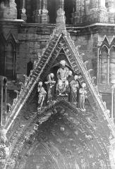 Cathédrale Notre-Dame - Portail ouest, pignon de la porte sud, gables