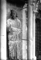 Cathédrale Notre-Dame - Statue de roi, contrefort de la tour sud