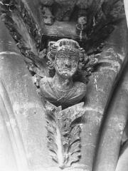 Cathédrale Notre-Dame - Tête d'amortissement d'arc, tour sud
