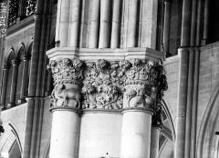 Cathédrale Notre-Dame - Chapiteau de la nef, les vendangeurs