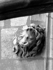 Cathédrale Notre-Dame - Tête d'amortissement, arc de l'abside, lion