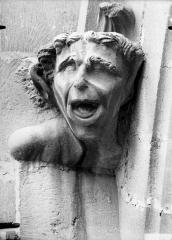 Cathédrale Notre-Dame - Tête d'amortissement, arc de l'abside, homme criant