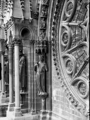 Cathédrale Notre-Dame - Statue de l'Eglise, à gauche de la rose sud
