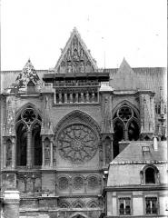 Cathédrale Notre-Dame - Bras nord du transept, pris de la cour du Chapitre