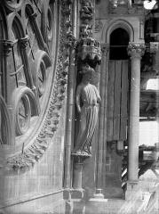 Cathédrale Notre-Dame - Statue de la Synagogue, à droite de la rose sud