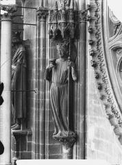 Cathédrale Notre-Dame - Staute de l'Eglise, à gauche de la rose sud