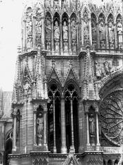 Cathédrale Notre-Dame - Fenêtres à la base de la tour nord