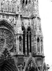Cathédrale Notre-Dame - Fenêtres à la base de la tour sud