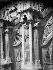 Cathédrale Notre-Dame - Ange du cinquième contrefort de la nef, au sud
