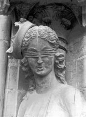Cathédrale Notre-Dame - Statue de la Synagogue, buste