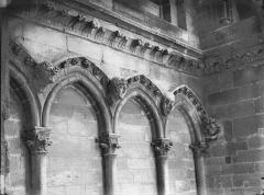 Cathédrale Notre-Dame - Arcature à la base de la tour sud