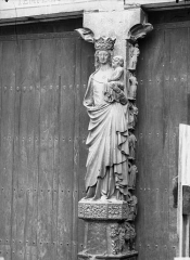 Cathédrale Notre-Dame - Portail ouest, trumeau, statue de la Vierge et l'Enfant