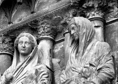 Cathédrale Notre-Dame - Portail ouest, bustes de la Vierge et de sainte Elisabeth