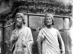 Cathédrale Notre-Dame - Portail ouest, bustes de deux statues, entre la porte centrale et la porte de droite