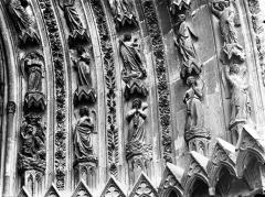 Cathédrale Notre-Dame - Portail ouest, porte de droite, partie inférieure de la voussure droite