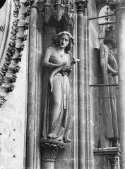 Cathédrale Notre-Dame - Bras nord du transept, statue d'Eve