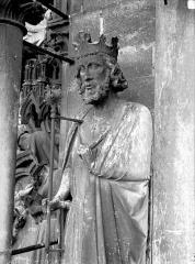 Cathédrale Notre-Dame - Contrefort de la tour nord, buste de roi