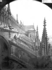 Cathédrale Notre-Dame - Pinâcles, contreforts de la nef, au sud
