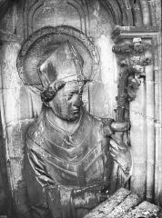 Cathédrale Notre-Dame - Contrefort de la tour sud, buste d'une statue d'évêque