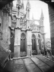 Cathédrale Notre-Dame - Partie de l'abside, prise de la cour de l'Archevêché