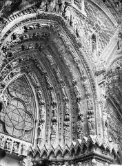 Cathédrale Notre-Dame - Portail ouest, porte gauche, voussure à droite