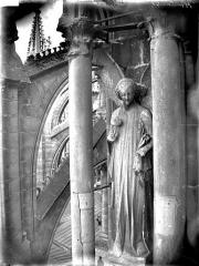 Cathédrale Notre-Dame - Ange du premier contrefort de l'abside