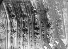 Cathédrale Notre-Dame - Portail ouest, porte gauche, voussure de droite, partie inférieure