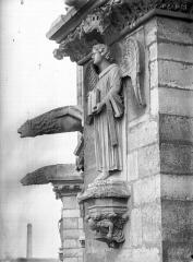 Cathédrale Notre-Dame - Ange du premier contrefort de l'abside, au nord