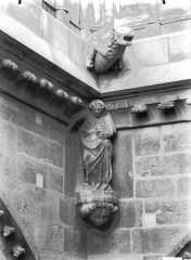 Cathédrale Notre-Dame - Cariatide, angle bras nord du transept