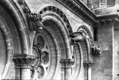 Cathédrale Notre-Dame - Arcature et Symbole des Evangelistes, sous la rose du bras nord du transept